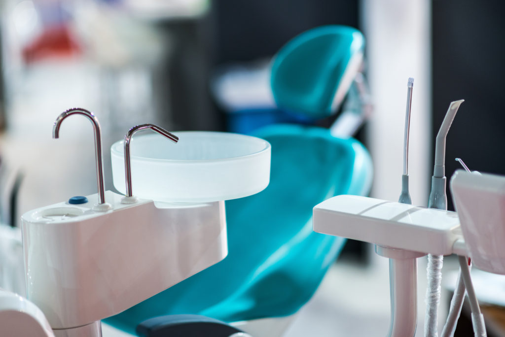 who offers dental implants plantation?